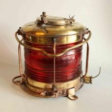 Gammal kopparlampa med röd glas - signalfigurer till sjöss